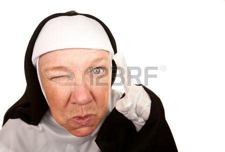 6356195-nonne-drole-avec-expression-angry-sur-sa-face-vers-un-doigtç.jpg