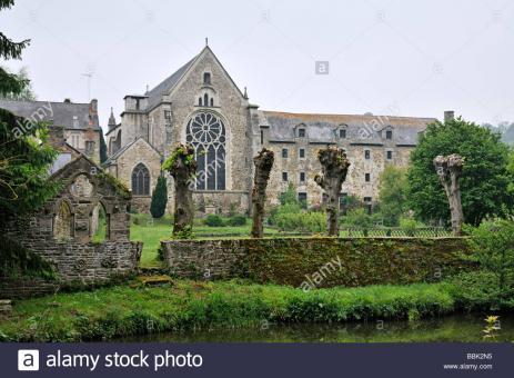 abbaye-abbaye-de-lehon-lehon-bretagne-france-photographie-depuis-lautre-cote-de-la-riviere-bbk2n5.jpg