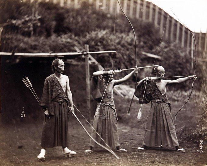Tres arqueros japoneses practican el tiro con el arco. Fotografía tomada en la década de 1860, durante los últimos años de la era Tokugawa..jpg