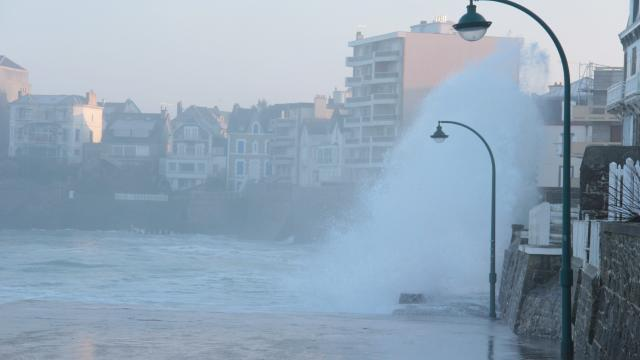 les-vagues-ont-fait-le-spectacle-saint-malo_0.jpg